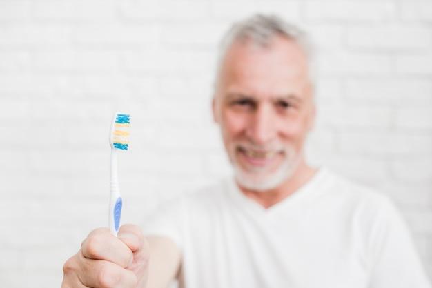 Älterer mann, der seine zähne wäscht
