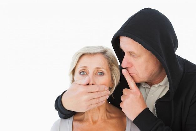 Älterer mann, der seinen ängstlichen partner zum schweigen bringt