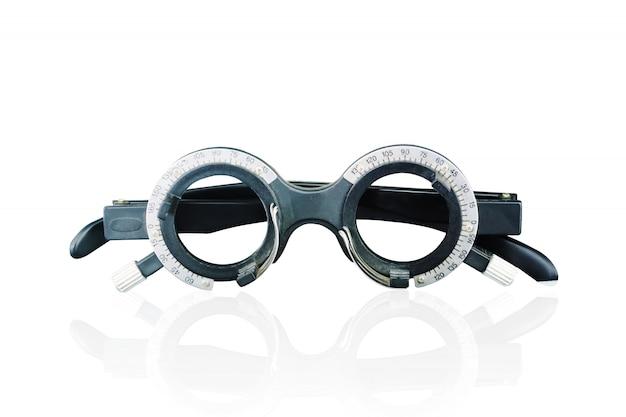 Älterer mann, der seinen anblick beim betrachten des schirmes auf der wand auf den optiker, optometriekonzept überprüft