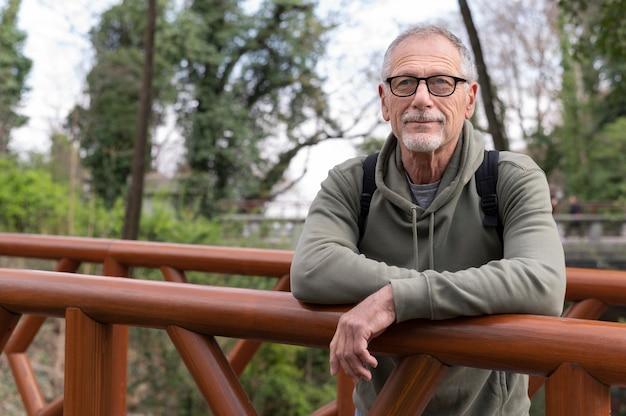 Älterer mann, der sich im park entspannt Premium Fotos