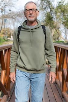 Älterer mann, der sich im park entspannt