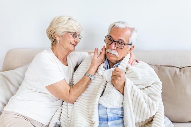 Älterer mann, der sich krank fühlt