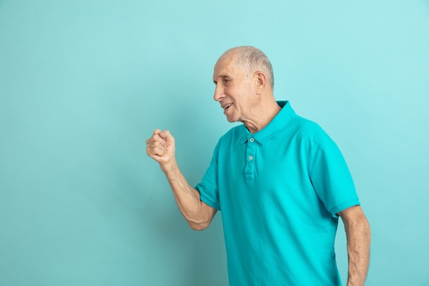 Älterer mann, der sieg feiert