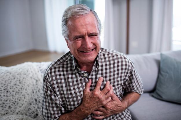 Älterer mann, der unter herzinfarkt leidet