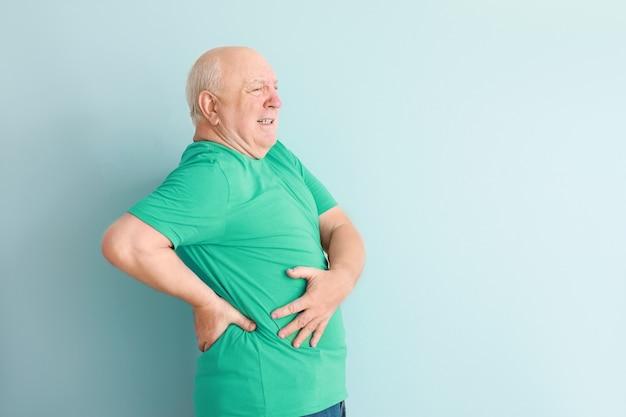 Älterer mann, der unter rückenschmerzen leidet