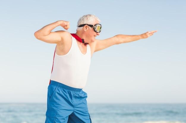 Älterer mann, der vorgibt, ein superheld zu sein