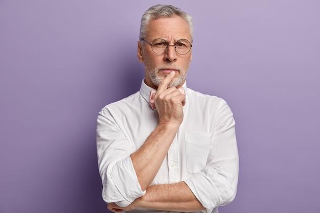 Älterer mann, der weißes hemd trägt
