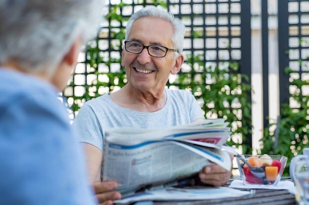 Älterer mann, der zeitung hält