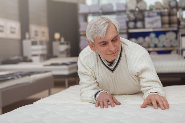 Älterer mann, der zu hause warenladen kauft