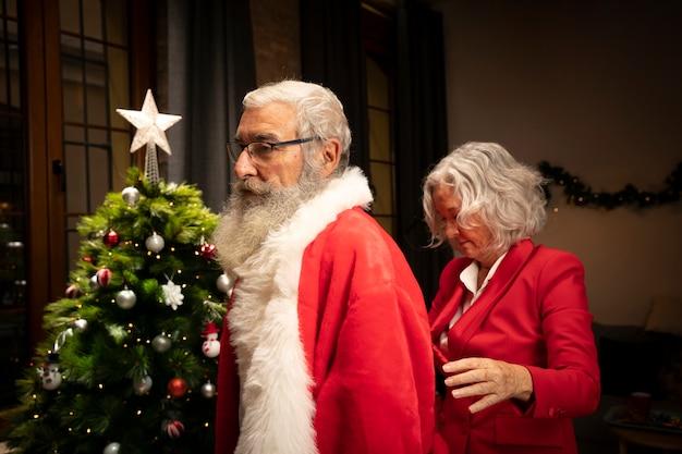 Älterer mann, der zum weihnachten fertig wird