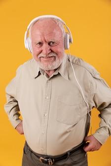 Älterer mann des hohen winkels mit kopfhörern