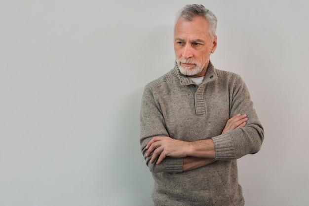 Älterer mann des porträts auf weißem hintergrund