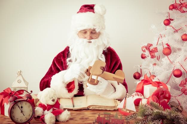 Älterer mann des weihnachtsmannes. weihnachtsferienkonzept