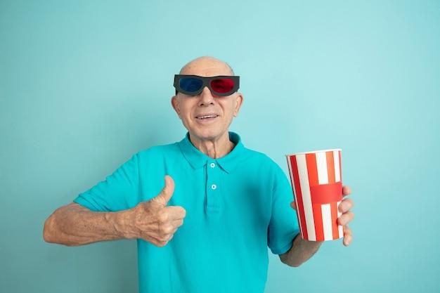 Älterer mann gibt im kino den daumen auf