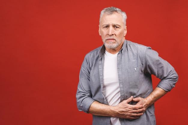 Älterer mann hält die leber. bauchschmerzen. leberzirrhose. nahansicht. isoliert.