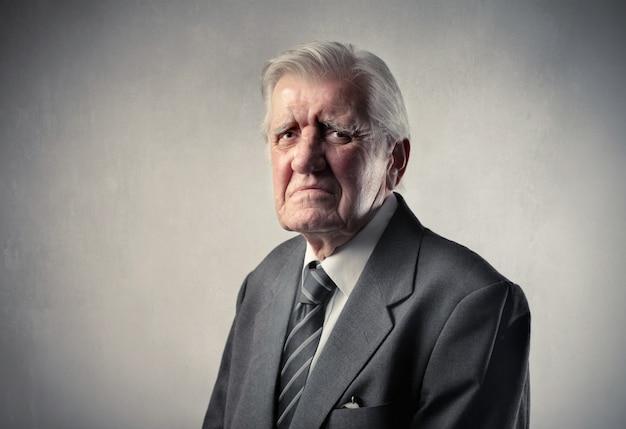 Älterer mann im anzug