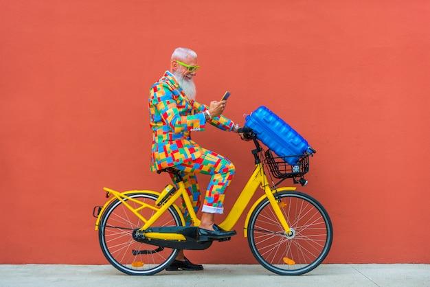 Älterer mann im extravaganten bunten anzug