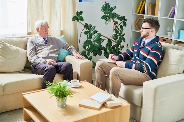 Älterer mann im gespräch mit seinem psychologen