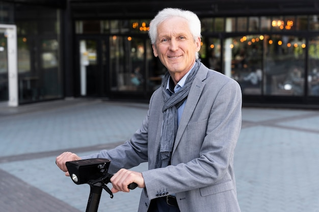 Älterer mann in der stadt mit elektroroller