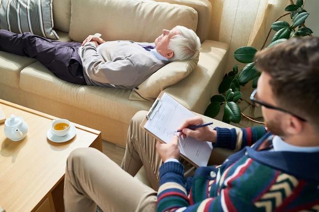 Älterer mann in der therapie