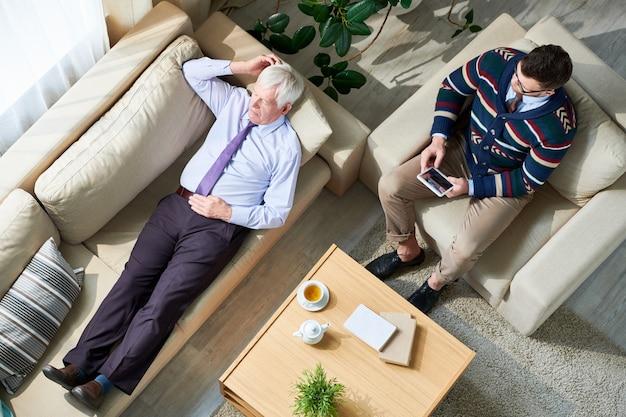 Älterer mann in der therapiesitzung