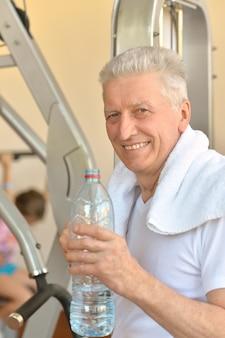 Älterer mann in einem fitnessstudio während des trainings