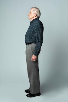 Älterer mann in einem schottenkaro-hemd