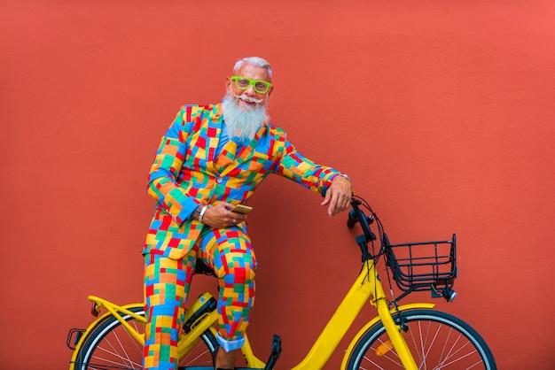 Älterer mann in extravaganten bunten kleidern