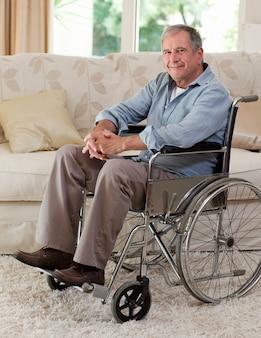 Älterer mann in seinem rollstuhl