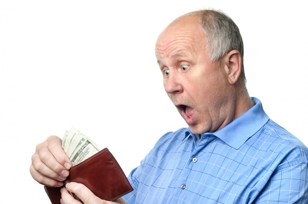 Älterer mann mit brieftasche