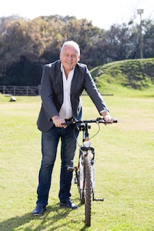 Älterer mann mit dem fahrrad zu genießen