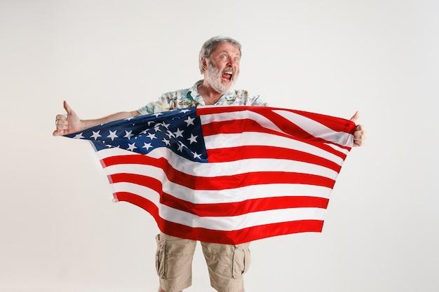 Älterer mann mit der flagge der vereinigten staaten von amerika