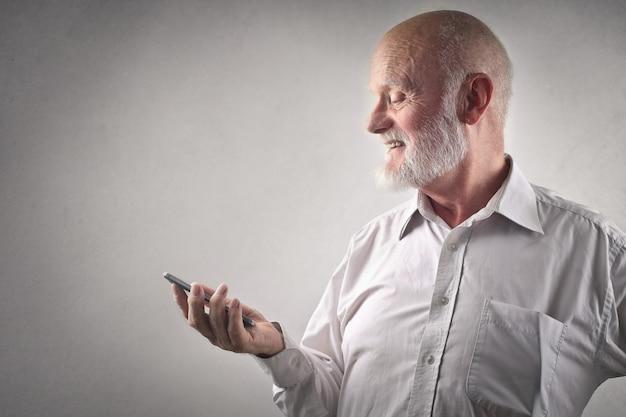 Älterer mann mit einem smartphone