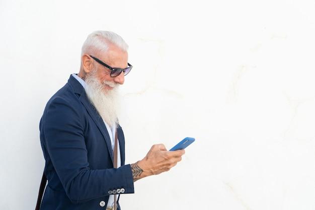 Älterer mann mit einem telefon