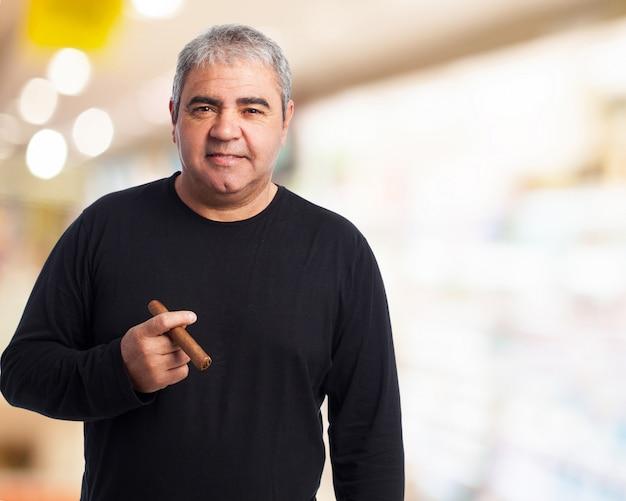 Älterer mann mit einer zigarre