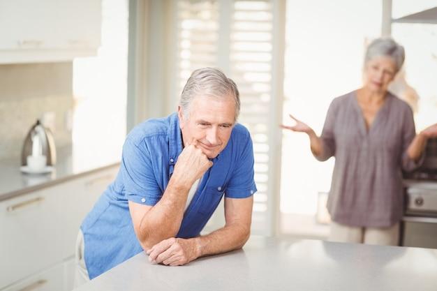 Älterer mann mit frauenargumentierung