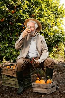 Älterer mann mit frischen orangen