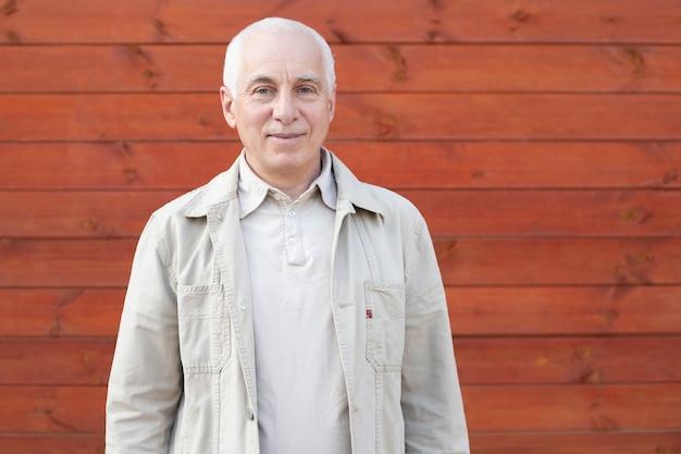 Älterer mann mit grauen haaren, erfolgreicher geschäftsmann.