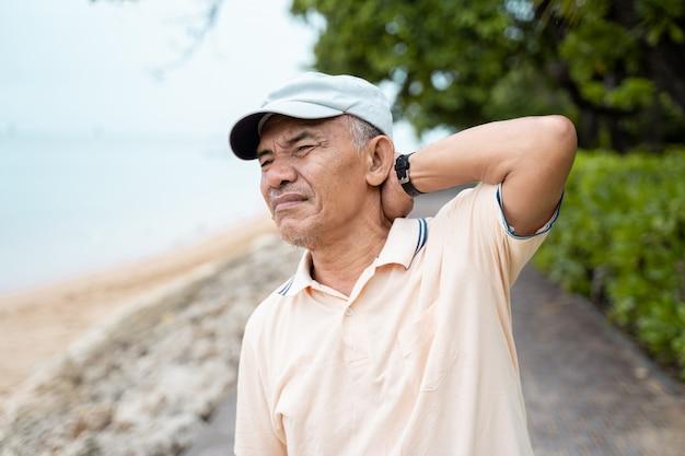 Älterer mann mit nackenschmerzen