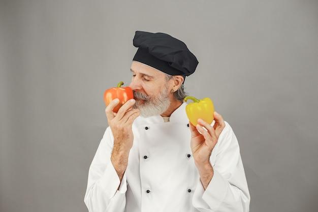 Älterer mann mit rotem und gelbem peper.