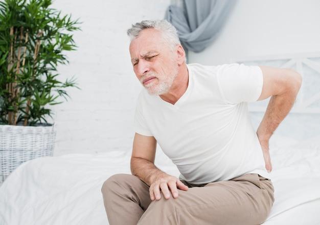 Älterer mann mit rückenschmerzen