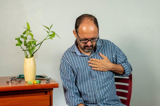 Älterer mann mit schulterschmerzen. der herr mittleren alters hat schreckliche schmerzen. nacken- und schulterschmerzen, die an nacken- und schulterverletzungen leiden, person mit gesundheitsproblemen