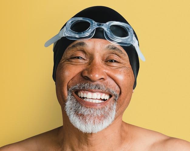 Älterer mann mit schwimmbrille, lächelndes gesichtsporträt