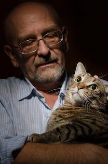 Älterer mann mit seiner katze