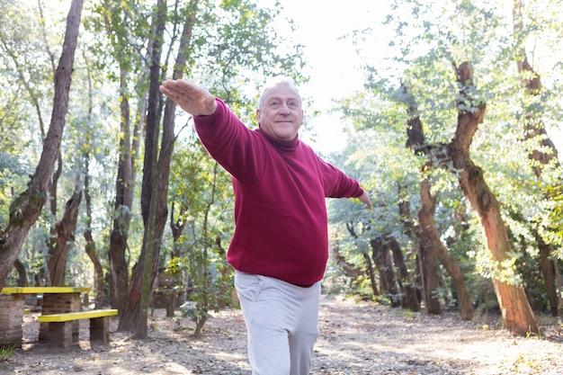 Älterer mann mit sweatshirt ausübung