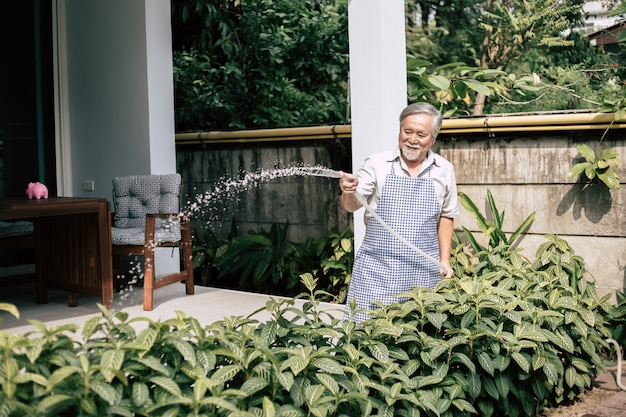 Älterer mann pflanzen einen baum zu hause