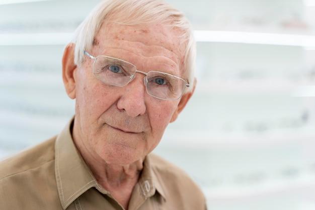Älterer mann probiert eine neue brille an