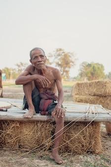 Älterer mann saß rauch