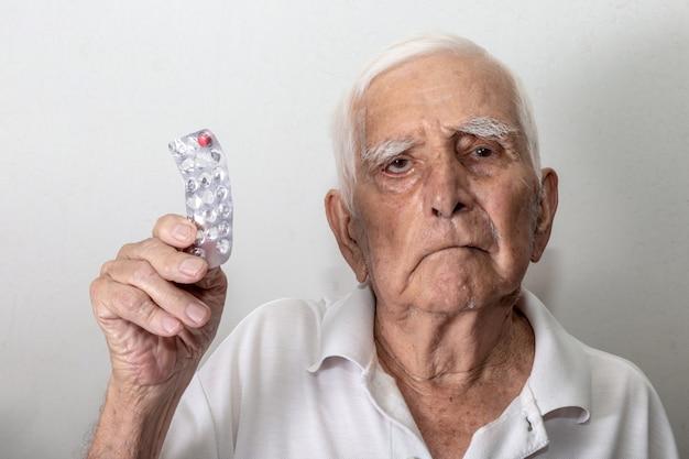 Älterer mann traurig darüber, dass ihm die medizin ausgeht