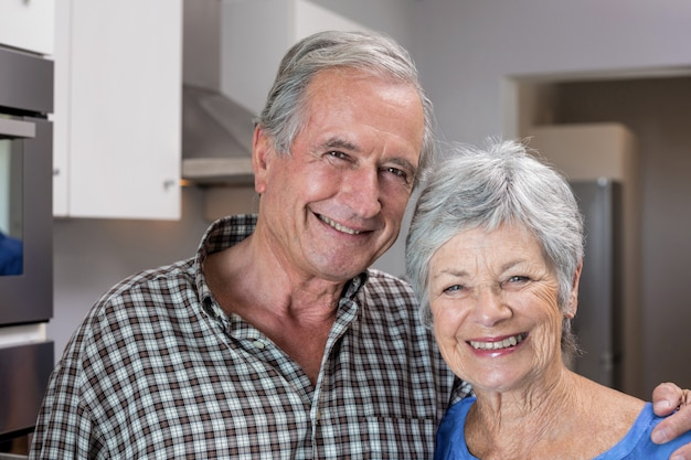 Älterer mann und frau, die in der küche steht